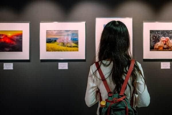 girl in art gallery
